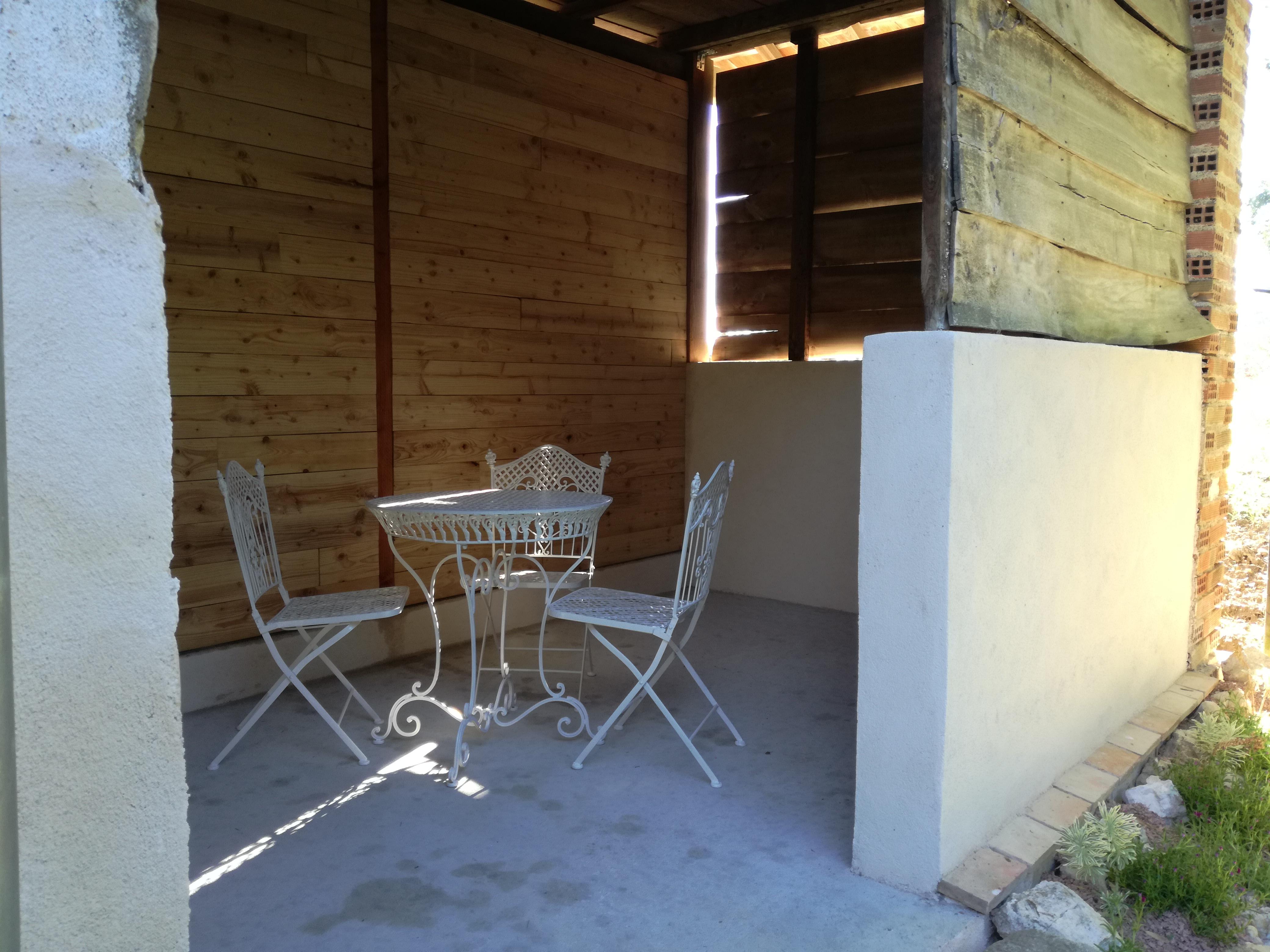 Terrasse couverte et son salon de jardin